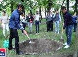 Раонич и Бердых посадили деревья в Летнем саду