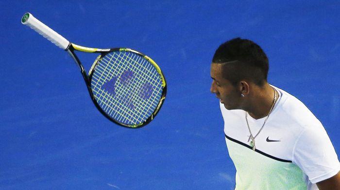 Фото: Reuters / Ник Кирьос бросат ракетку во время Australian Open 2015