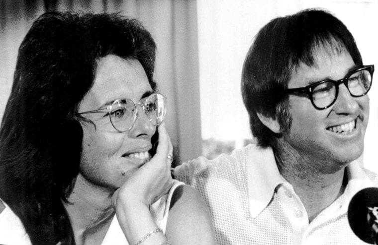Билли Джин Кинг и Бобби Риггс на пресс-конференции в Нью-Йорке, рекламируют предстоящий матч в «Астродоме» Хьюстона, 11 июля 1973 года. Фото: AP Photo