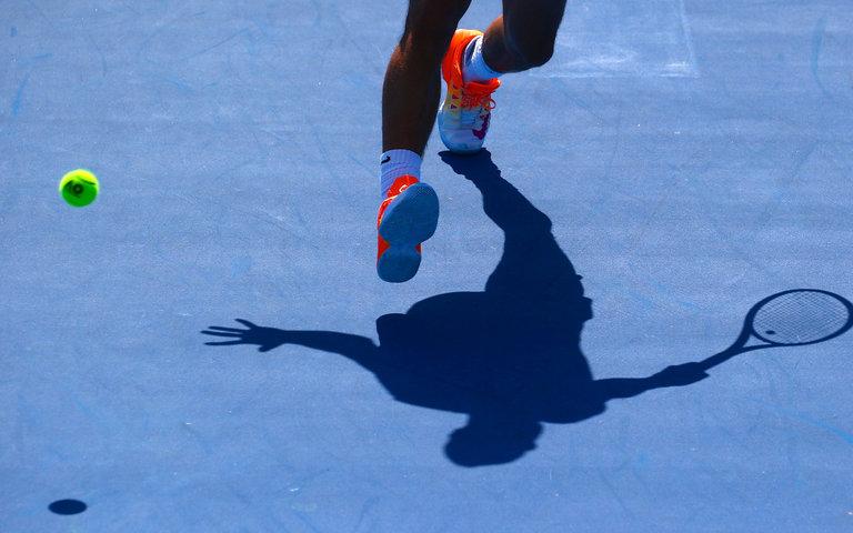 Тень Рафаэля Надаля во время тренировки на Australian Open. Только начался сезон, а Надаль уже мыслями в лете, когда он будет претендовать на 10-ый титул в карьере на Открытом Чемпионате Франции. Фото: David Gray/Reuters