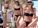 Мария Шарапова отдыхает на пляже в Мексике в компании Челси Хэндлер
