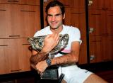 Федерер поучаствовал в фотосессии с кубком Нормана Брукса