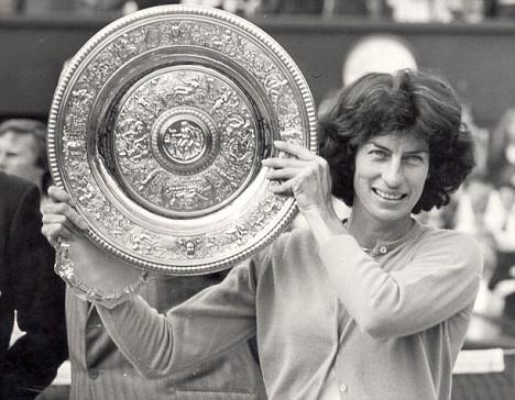 Вирджиния Уэйд из Великобритании стала чемпионкой Уимблдона в 1977 год.