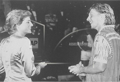 Принцесса Уэльская и немецкий теннисист Борис Беккер в Лондоне после благотворительного матча с Пэтом Кэшем, чемпионом Уимблдона 1987. Фото сделано в 1988 году, 14 июня.