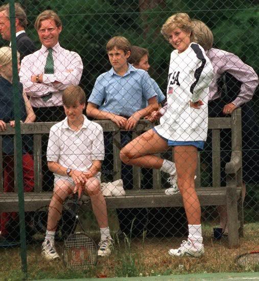 Диана приобщает к игре в теннис своего сына принца Уильяма.