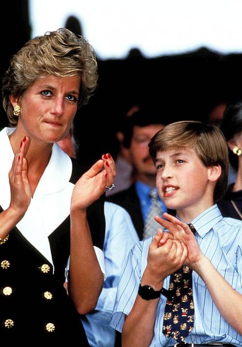 Как быстро бежит время... Кажется, что ещё не так давно Диана посещала Уимблдон со своим сыном, принцем Уильямом в 1994 году.