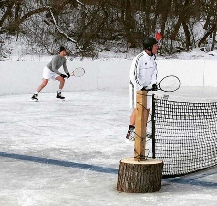 В наше время некоторые ради забавы продолжают практиковать теннис на льду.