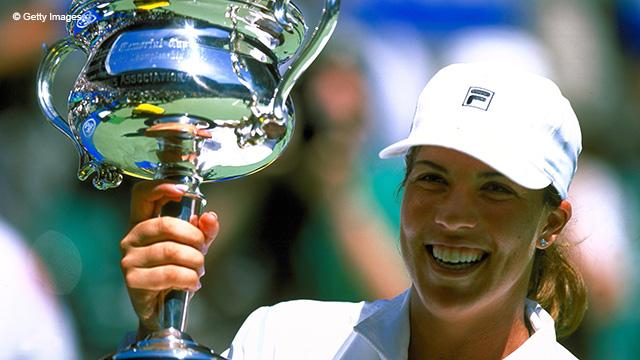 Дженнифер Каприати выигрывала Australian Open в 2001 и 2002 годах.  И оба раза обыгрывала в финалах Мартину Хингис.
