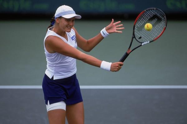 Надежда Петрова играет у сетки в матче против Линдси Дэвенпорт на турнире WTA Estyle.com Classic, 2001 / Фото: Harry How / Allsport