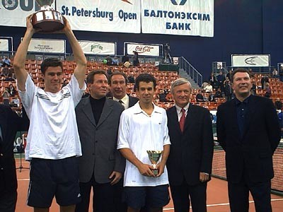 Марат Сафин и Доминик Хрбаты после финала St. Petersburg Open-2000 / Фото: оф. сайт турнира