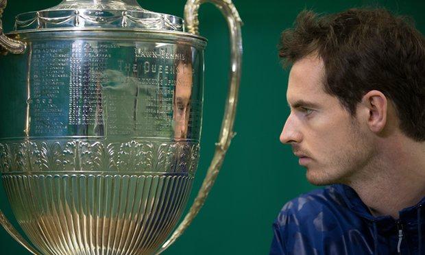 Энди Маррей разглядывает трофей. Фото: Tom Jenkins для газеты The Guardian