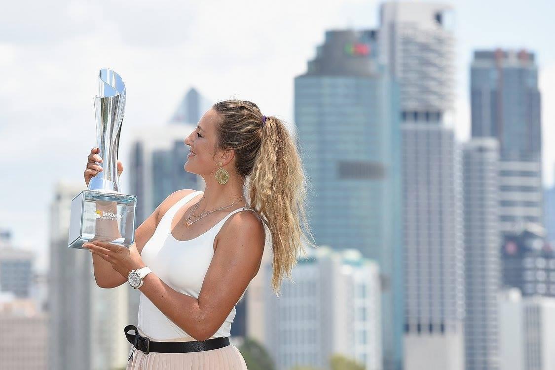Виктория Азаренко с кубком победителя турнира в Брисбене. Фото: пресс-служба турнира