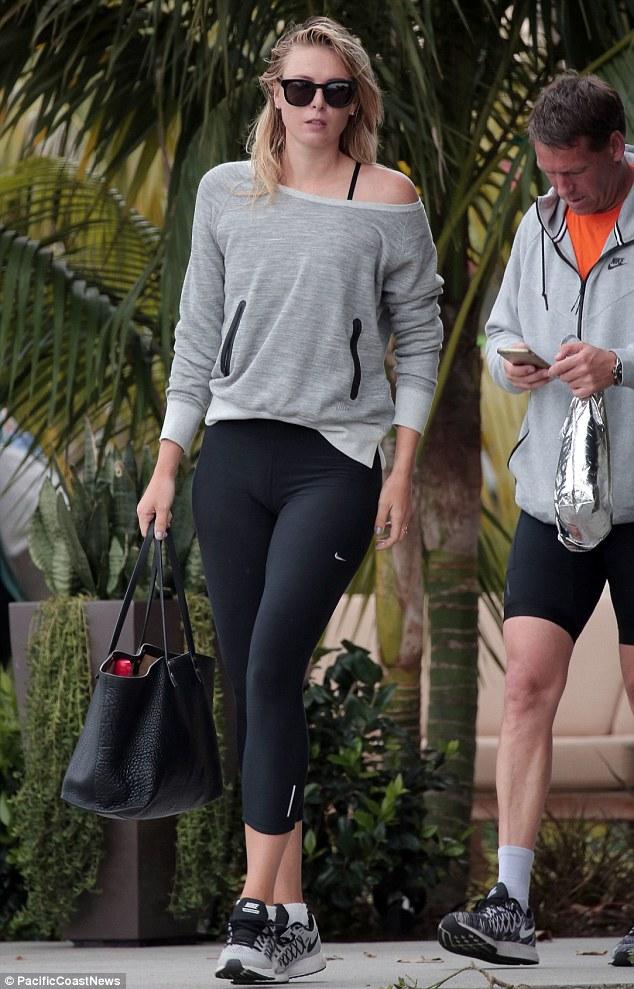 Мария выходит из спортзала с тренером.
