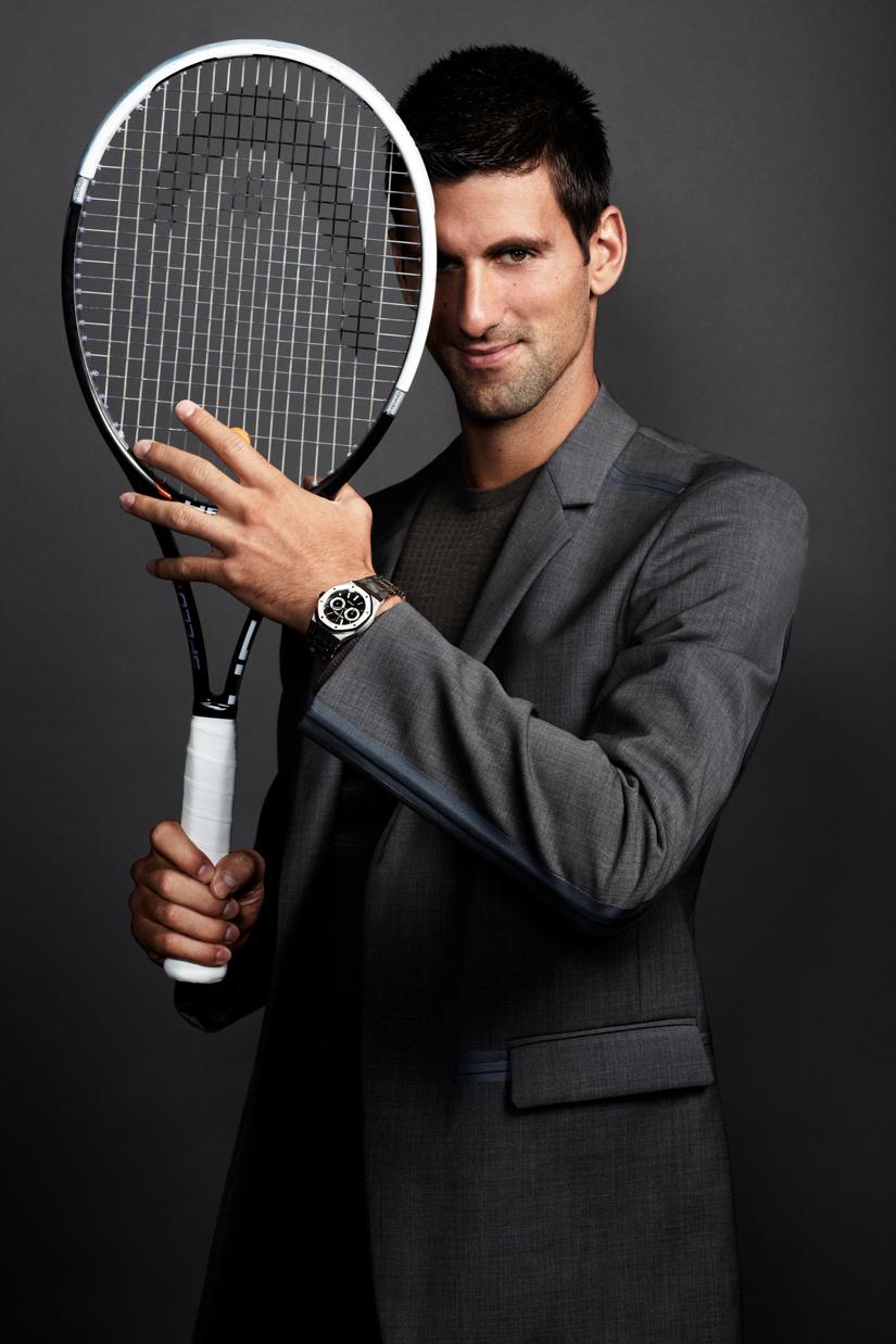 Теннисист играет ракеткой Head