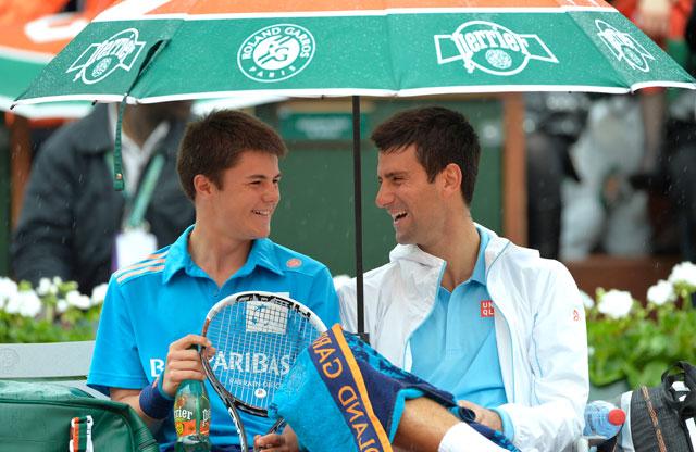 Джокович любит шутить. так во время дождя на Ролан Гаррос, он предложил болбою сесть к нему под зонтик и выпить сока