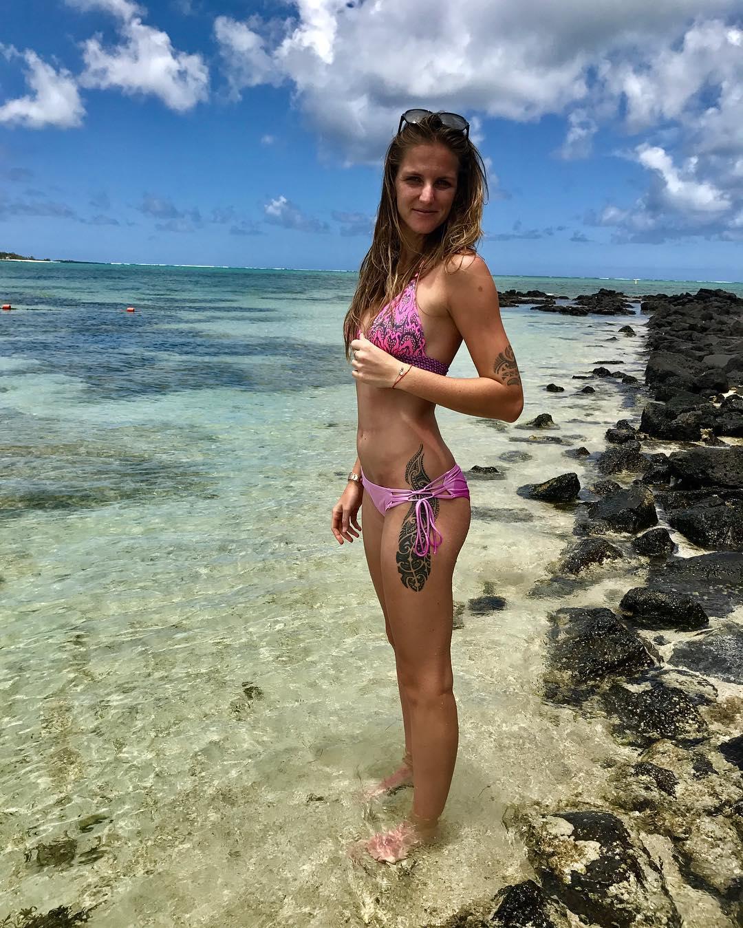 Каролина Плишкова отдыхает на пляже