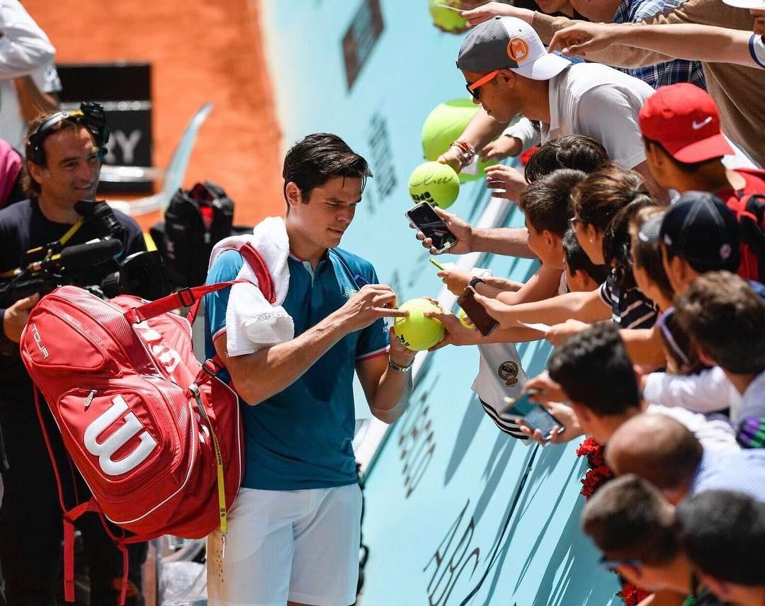 Милош Раонич раздает автографы своим болельщикам в Мадриде