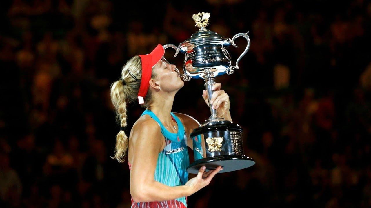 Анжелик Кербер с трофеем победительницы Australian Open