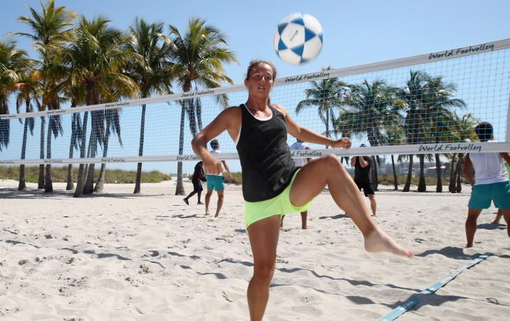 Дарья Касаткина играет в футбол на пляже