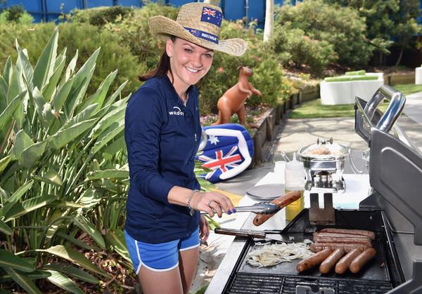 Агнешка Радваньска жарит сосиски в Австралии