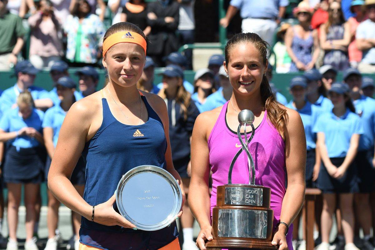 Дарья Касаткина и Елена Остапенко с трофеями турнира в Чарльстоне