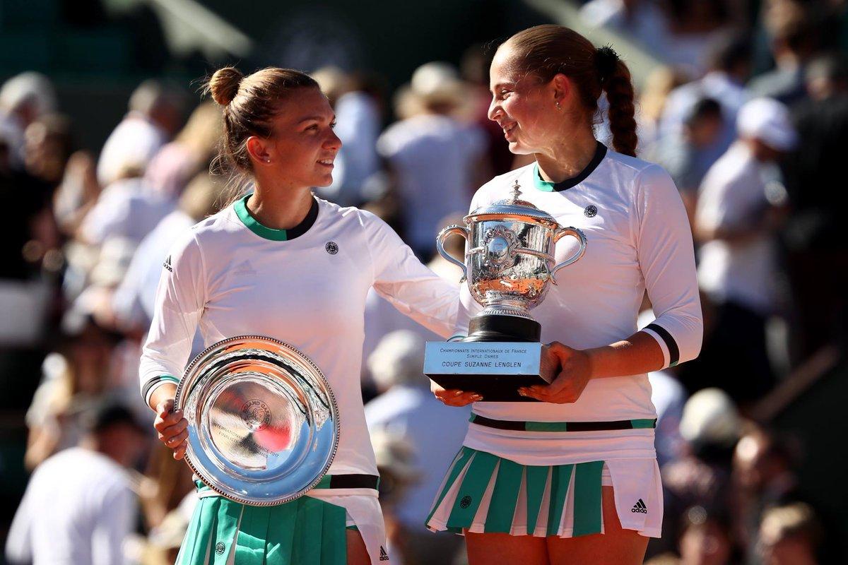 Симона Халеп и Елена Остапенко  с трофеями финалистки и чемпионки