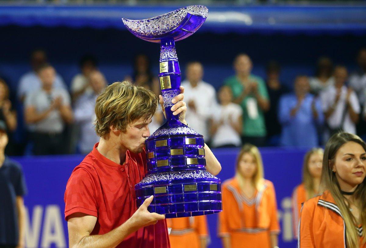 Андрей Рублев c трофеем победителя турнира в Умаге