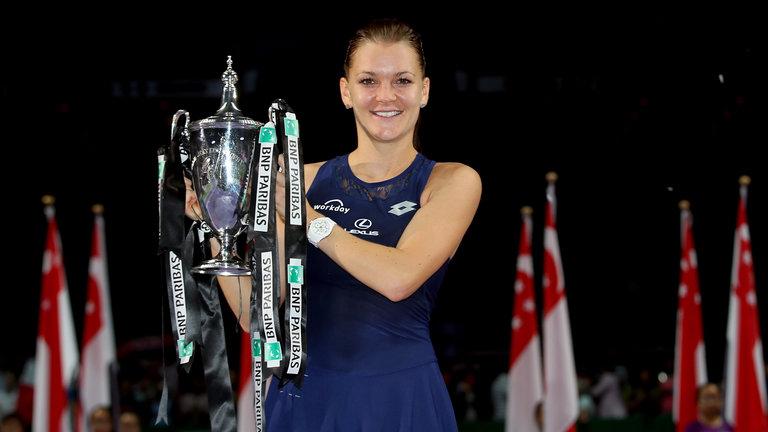 Агнешка Радваньска с трофеем чемпионки Итогового турнира WTA-2015