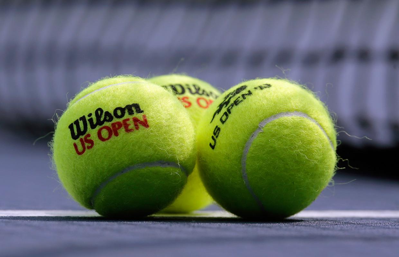 """Фото: """"Мужские"""" мячи US Open с чёрным лого /AP/Mike Groll"""