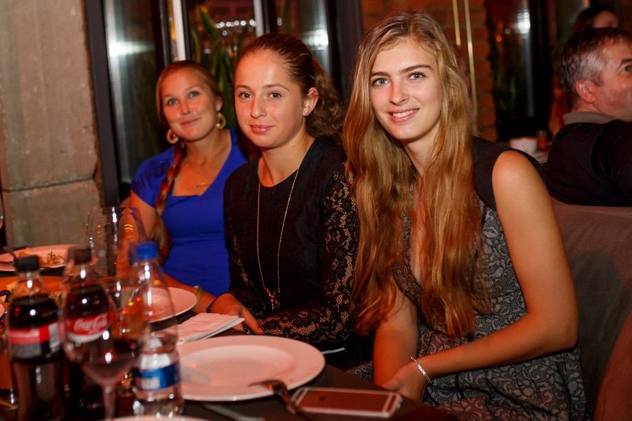 Шелби Роджерс и Елена Остапенко с подругой